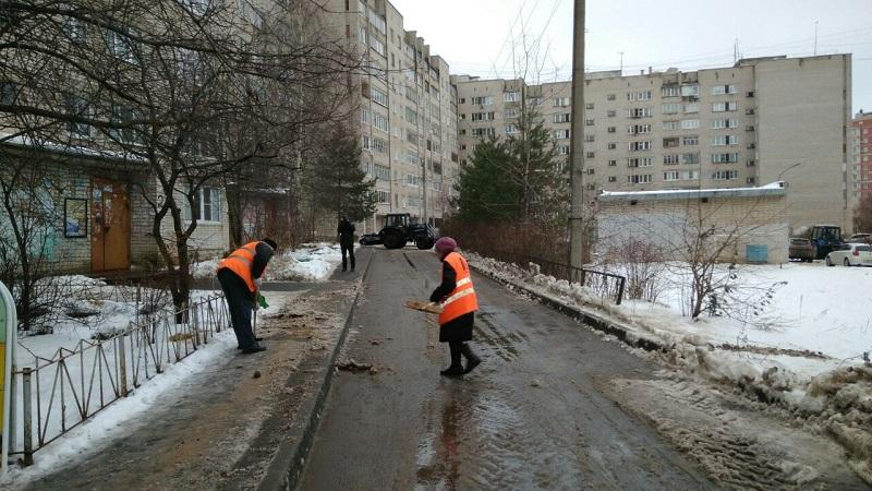 Уборка придомовой территории многоквартирного дома от мусора и снега: нормативы и правила