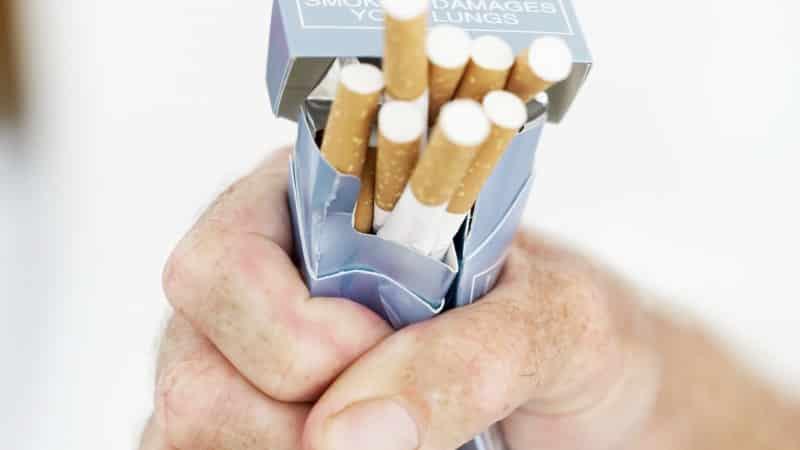 Курение в подъезде: закон о курении, способы наказания нарушителей, штрафы и ограничения для курящих в жилых домах